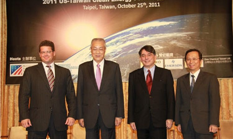 AIT Director William A. Stanton (second from right), Taiwan Premier Wu Den-yih (second from left), EPA Minister Shen Shu-hung, AmCham Chairman Bill Wiseman at the opening of 2011 U.S.-Taiwan Clean Energy Forum. (Photo: AIT Images)